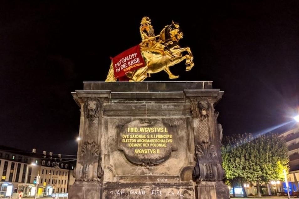 """In der Nacht zum Freitag wurde der """"Goldene Reiter"""" bei einer Aktion der Umweltschutzbewegung Extinction Rebellion mit einem Banner eingedeckt."""