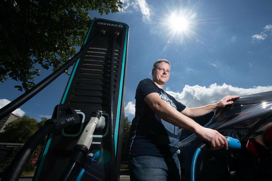 Michael Papke beim Laden eines Tesla Model X: Der 34-jährige Radebeuler arbeitet für den E-Auto-Verleiher Nextmove und das Start-up eClever. Seit 2012 fährt er selber Elektroauto, mittlerweile etwa 30.000 Kilometer pro Jahr.