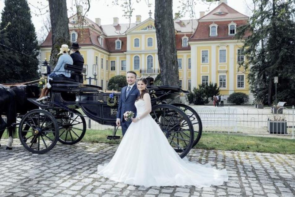 Dieses Hochzeitspaar ließ sich vor einem Jahr im Schloss Rammenau trauen. Pro Jahr gibt es von April bis Oktober meist zehn Termine an Sonnabenden. Die Saalmiete pro Trauung – acht pro Sonnabend sind möglich – kostet 240 Euro. Es gibt jetzt Termine für 2020.