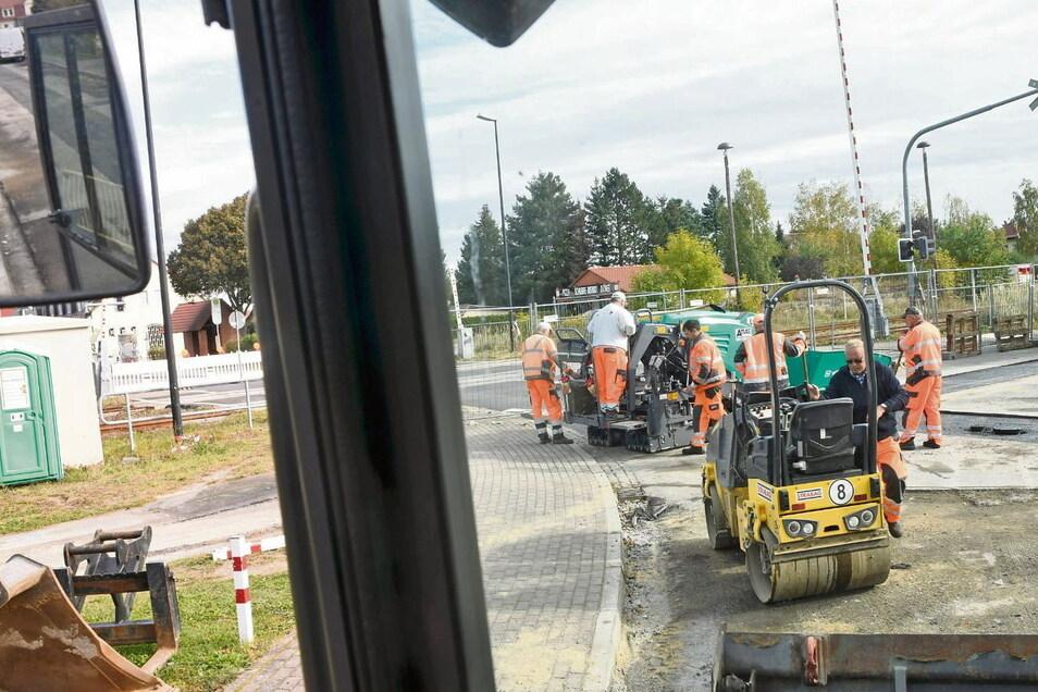 Im Kreuzungsbereich am Bahnübergang Neustädter Straße in Schleife wurde die Straße nach Verlegung der Abwasserleitung bereits wieder zugeschüttet. Jetzt wird teilasphaltiert, bevor später die gesamte Fahrbahn eine neue Asphaltdecke bekommt.