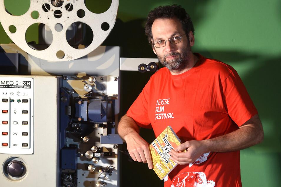 Peter Matthes im Kinosaal des Großhennersdorfer Kunstbauerkinos. Hier gibt es bald wieder was zu sehen.