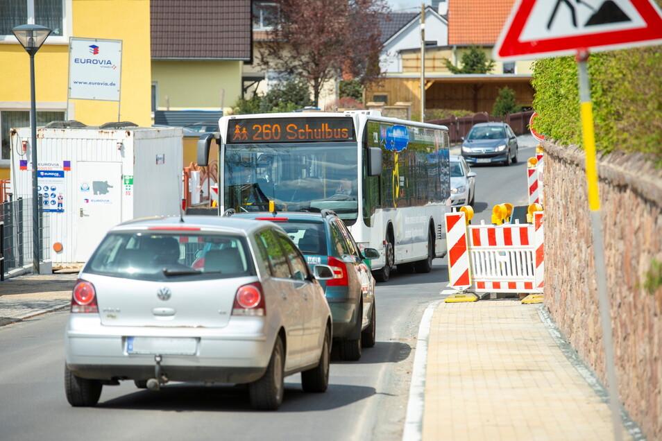 Mittlere Bergstraße, dort hakelt es noch. Die Baufirma ist mit einem Abschnitt des Fußwegs nicht fertig geworden. Etwa in Höhe des Spitzgrundweges wird es eng, etwa wenn ein Bus entgegenkommt.