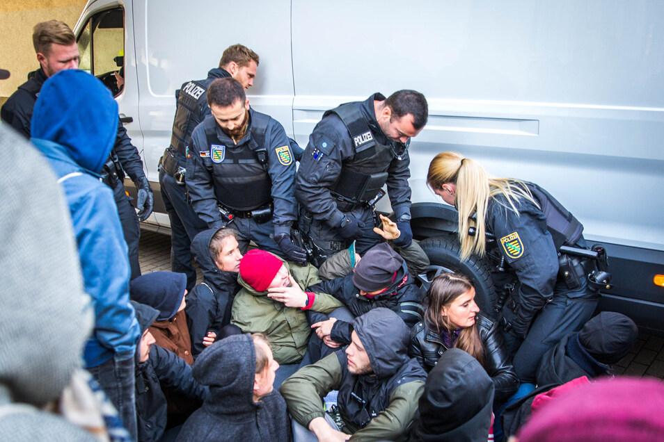 """Die Gruppe """"Unsere Straße – unsere Stadt"""" wollte den Zugang zur Wohnung blockieren, das konnten die Polizeibeamten aber verhindern. Letztlich blieb alles friedlich."""