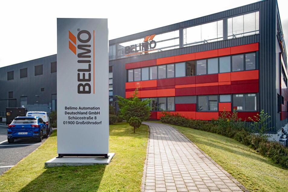 Der Belimo-Standort in Großröhrsdorf: Die Firmenfarbe orange passt ganz gut zur Farbgestaltung des früheren Solar-Standortes, die erhalten geblieben ist. Belimo kaufte 2019 eine der großen Produktionshallen des stillgelegten Werkes.