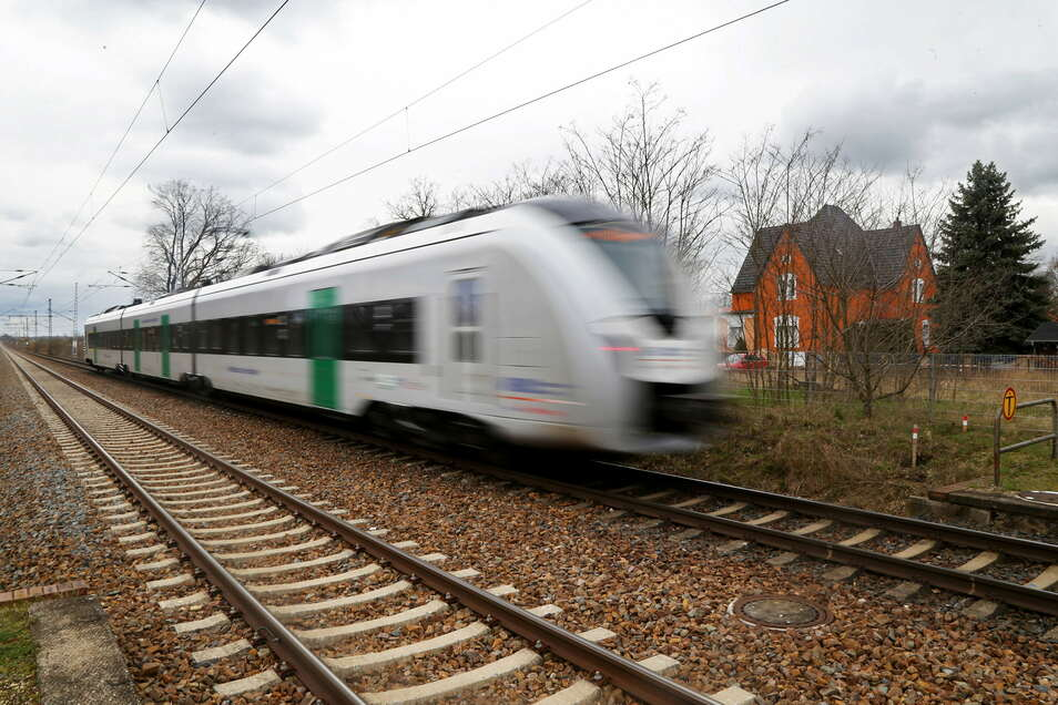 Ein MRB-Zug fährt durch Stauchitz. Auf dieser Strecke Richtung Chemnitz gibt es jetzt mehrere Tage lang Bauarbeiten.