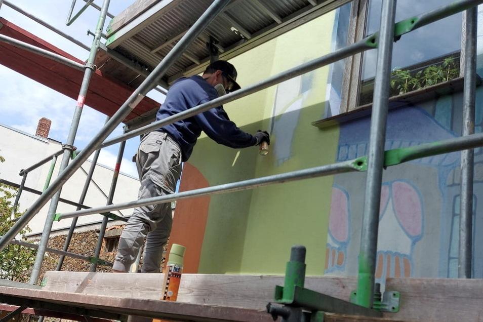Sebastian Bieler arbeitet an der Fassade. Unterstützt wird er von Praktikantin Luisa Gawalski.