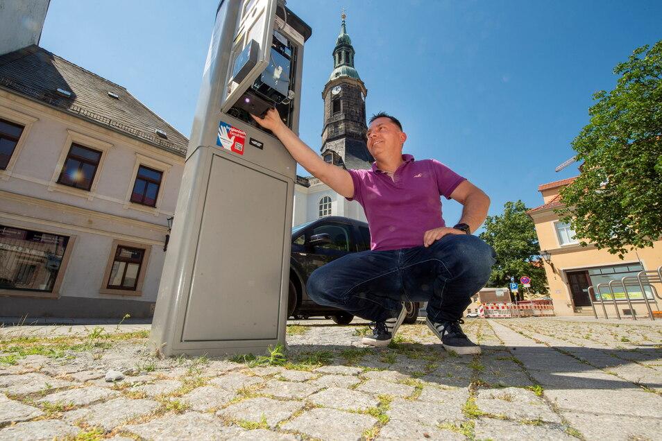 Torsten Stölzner von der Firma Stadtraum aus Berlin installierte am Donnerstagvormittag auf der Naundorfer Straße in Großenhain einen neuen Parkautomaten.