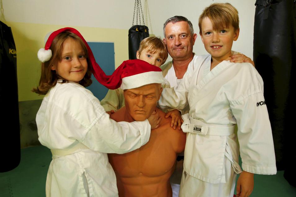 Jan Geppert von Tomogara-Verein plant gegenwärtig  eine große Weihnachtsveranstaltung. Die Karate-Kids Tristan (r.), Jenny und Armin freuen sich schon auf die erweiterte Kinderweihnachtsfeier.