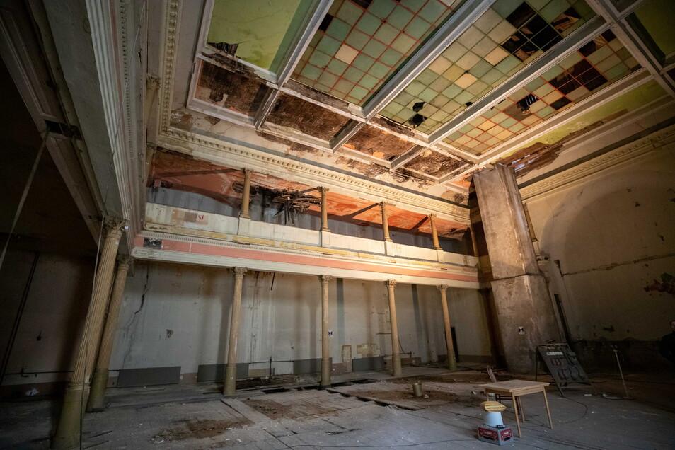 Historischer Saal: Am Oberlicht fehlen schon etliche Scheiben.