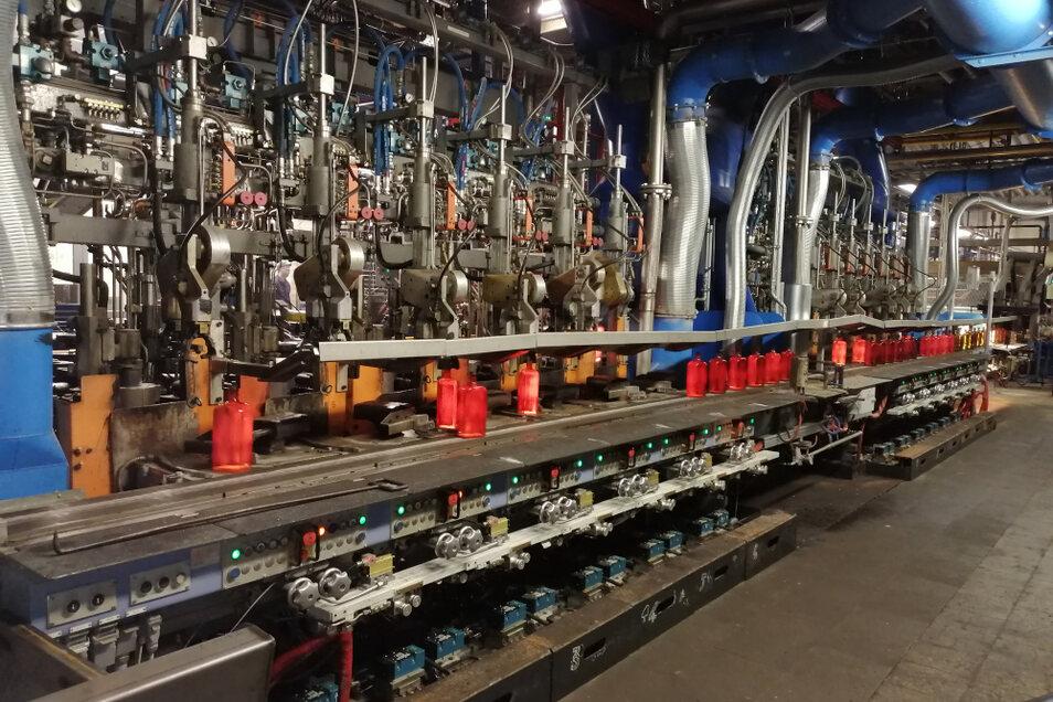 Im Bild zu sehen ist die zweite Produktionslinie mit zwölf Stationen, an der aktuell die Ein-Liter-Jägermeister-Flasche (rotglühend) produziert wird.