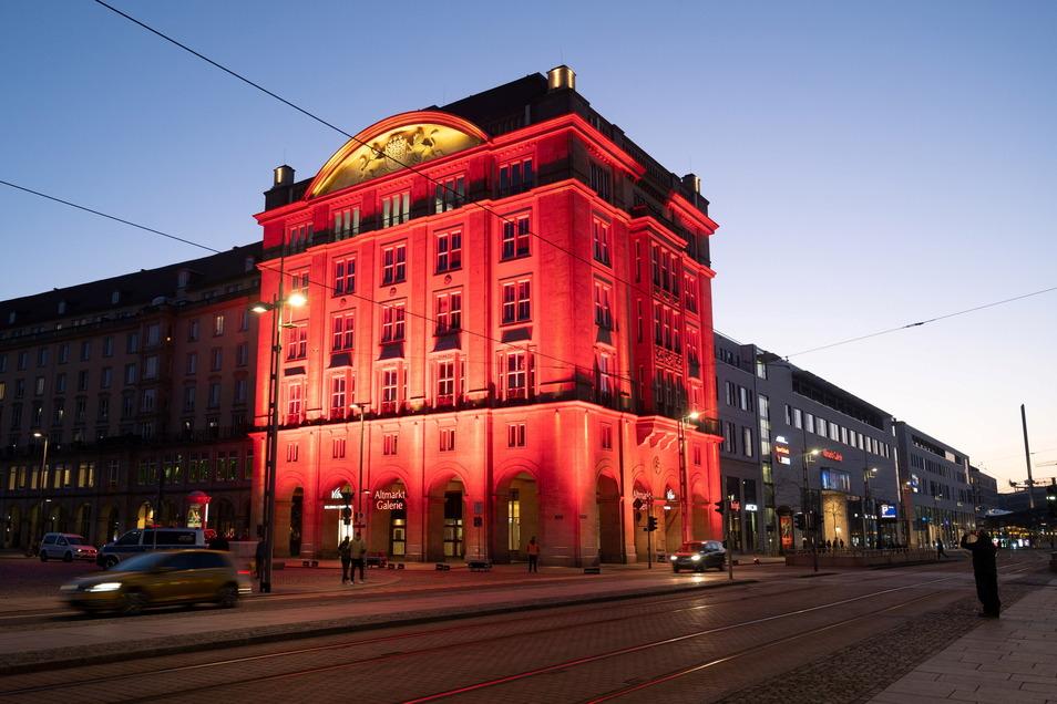 Mit roter Beleuchtung hat die Altmarktmarktgalerie vor wenigen Tagen auf die prekäre Situation des Dresdner Handels hingewiesen.