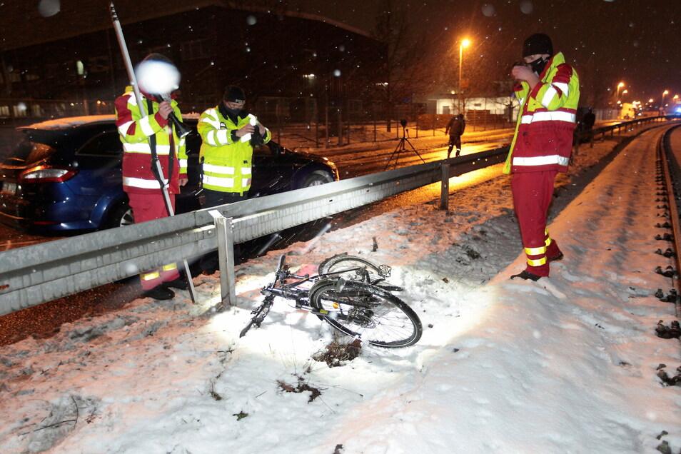 Die Polizei ermittelt nach einem schweren Radunfall in Pirna.