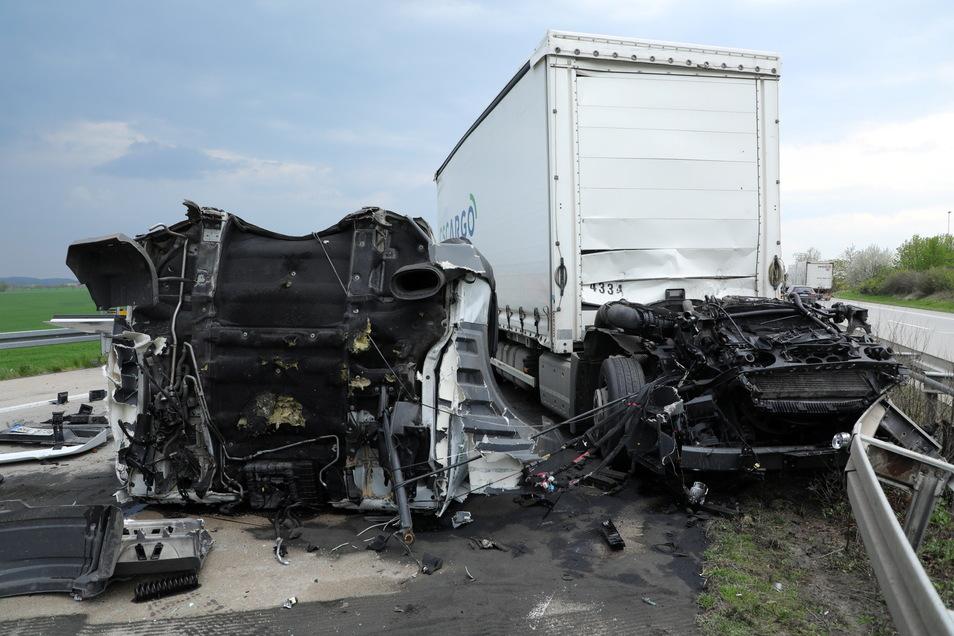 Das Fahrerhaus eines Lkw wurde aus der Verankerung gerissen und völlig zerstört.