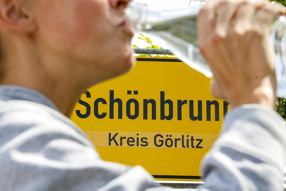 Trinkwasser aus der Leitung ist für die Schönbrunner oft nicht selbstverständlich. Seit Jahren gibt es Probleme und sie müssen Wasser zukaufen.