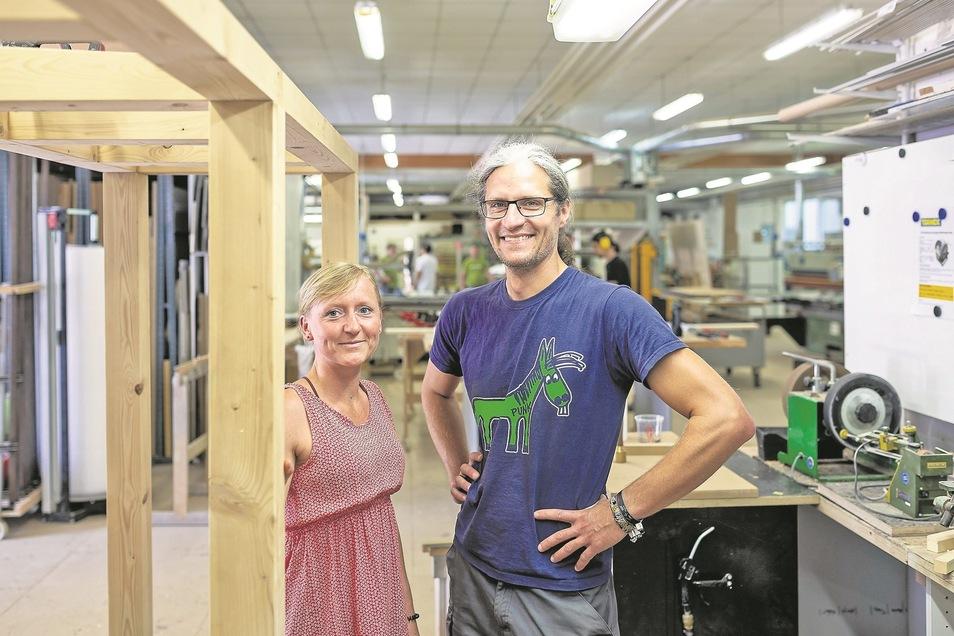 Die Meistertischler aus Wilsdruff waren bei einem Wettbewerb der Handwerkskammer Dresden erfolgreich, im Bild Geschäftsführer Nico Deutschmann und seine Assistentin  Manuela Schellenberger.