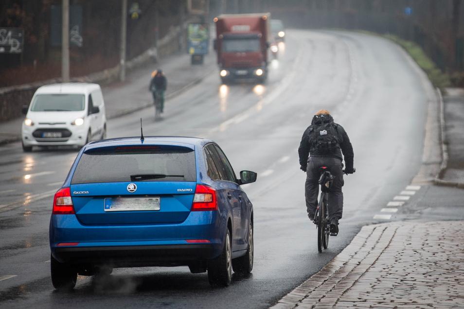 Fahrradfahrer leben auf der Radeburger Straße zwischen Maxim-Gorki-Straße und Stauffenbergallee gefährlich, weil Autos dort auch sehr schnell unterwegs sind.