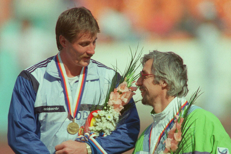 Jürgen Schult (links) war der letzte Olympiasieger der DDR. Er gewann bei den Sommerspielen 1988 in Seoul die Goldmedaille im Diskuswurf. Rolf Danneberg aus der BRD holte Bronze.