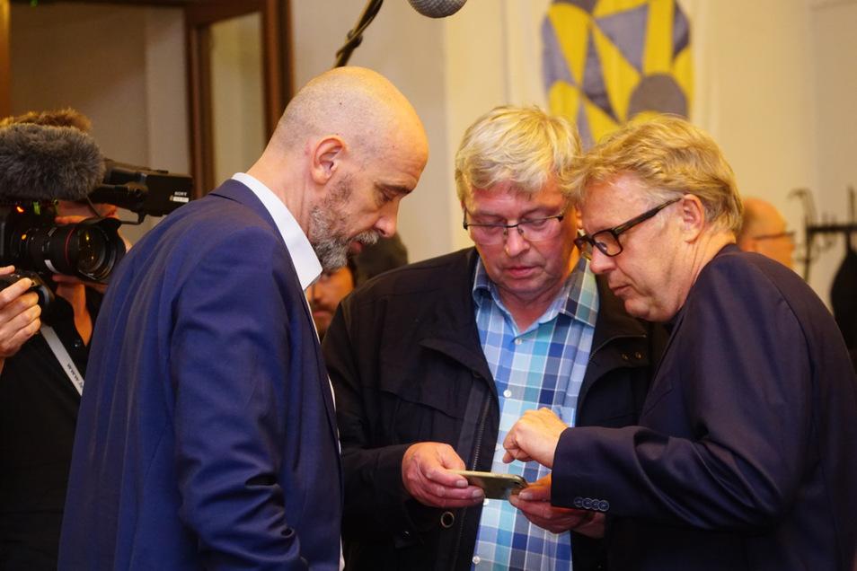 Die aktuellen Wahlergebnisse im Blick: Oberbürgermeister Ahrens, CDU-Stadtrat Schleppers, Unternehmer Drews vom Bürgerbündnis.