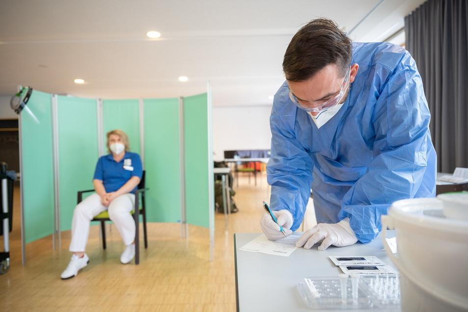 Die bisherige Bereitschaft von sächsischen Pflegerinnen und Pflegern zum Impfen ist nicht zufriedenstellend.