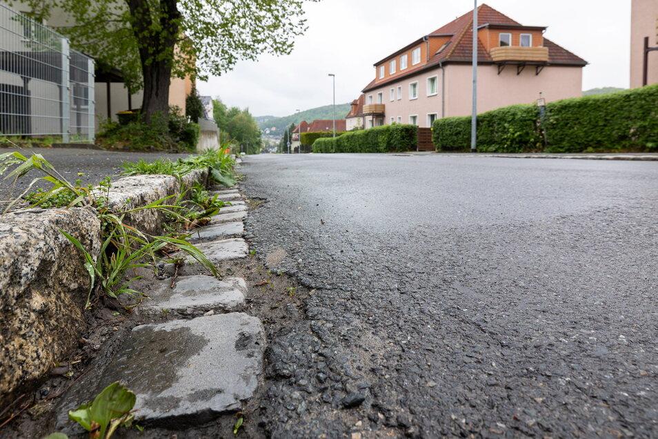 Bordsteinkanten und Straßenränder sind so marode, dass dort ungehindert das Unkraut wachsen kann.
