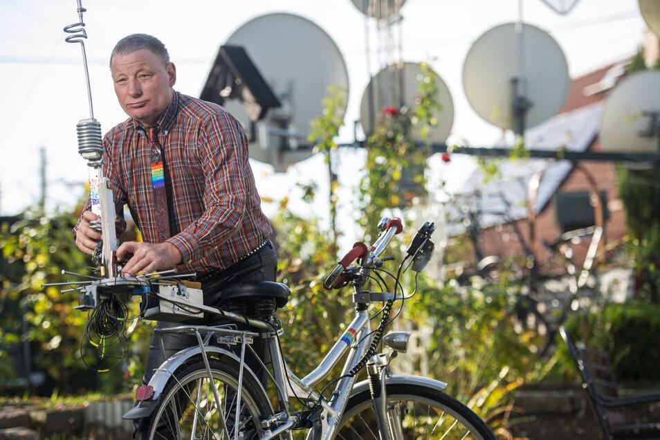 Auch mobil unterwegs ist er mit seinem Hobby, hat eine CB-Funkanlage auf den Gepäckträger seines Fahrrads montiert.