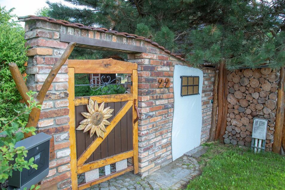 Individuell gestaltet sind auch der Eingang aufs Grundstück und der Zaun.