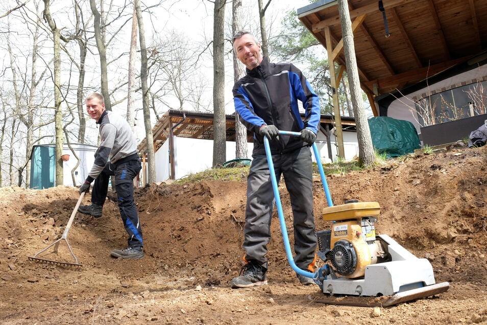 Alexander Rajek (rechts)und Enrico Schmidt schaffen Platz für neue Camper. Noch ist der Campingplatz im Waldbad Oberau aber geschlossen.