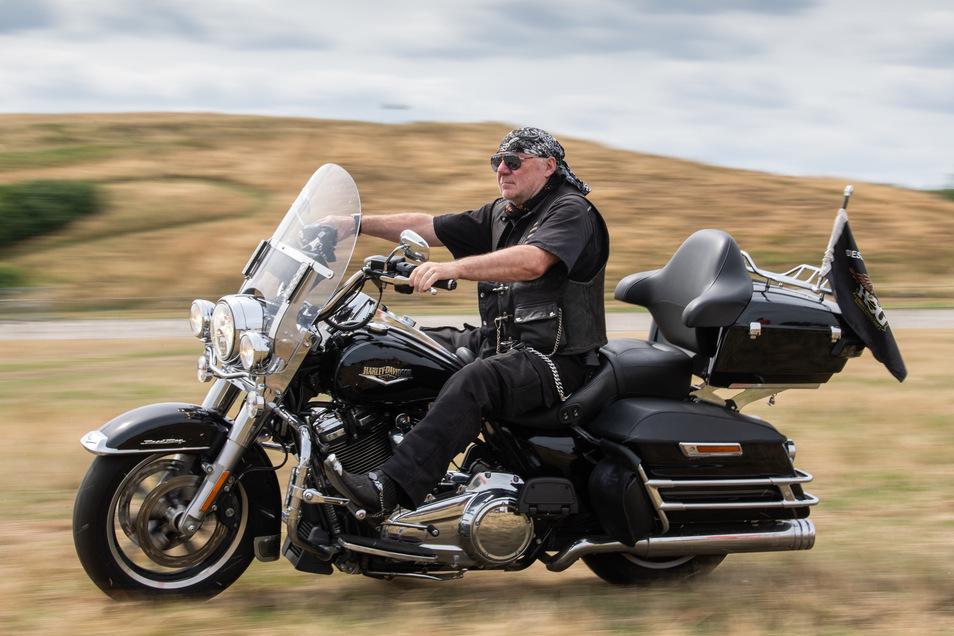 Klaus-Dieter Lindeck, der Chapter-Vorstand im Dresdner Harley Davidson Club, fährt schon mal auf dem Festivalgelände in der Flutrinne. Probe.