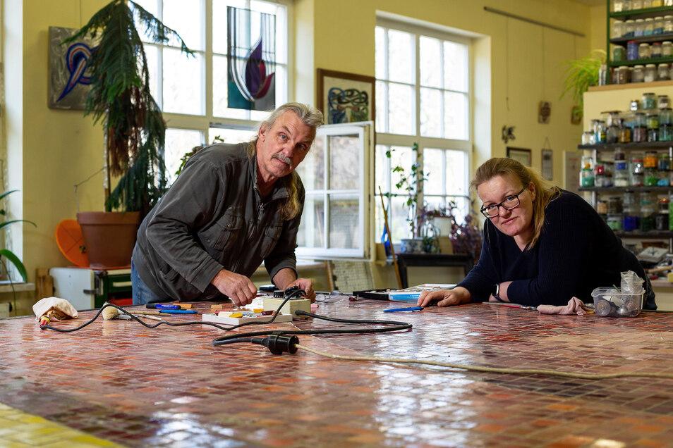 Anna und Klaus-Peter Dyroff haben einen großen Arbeitstisch in ihrem Mosaikatelier. Doch selbst hier findet das Mosaik, an dem sie momentan arbeiten, nur abschnittsweise Platz.