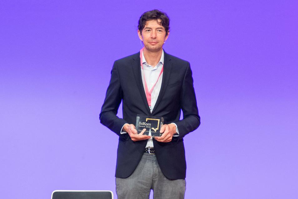Christian Drosten, Direktor des Instituts für Virologie an der Charité in Berlin, hält beim 17. Kommunikationskongress 2020 den Ehrenpreis des BdKom für die Kommunikation zur Coronakrise.