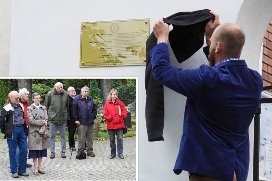 Der stellvertretende Bürgermeister Jindřich Jurajda hat die Tafel enthüllt, unter den Augen von Interessierten und Mitgliedern des Krippenvereins.