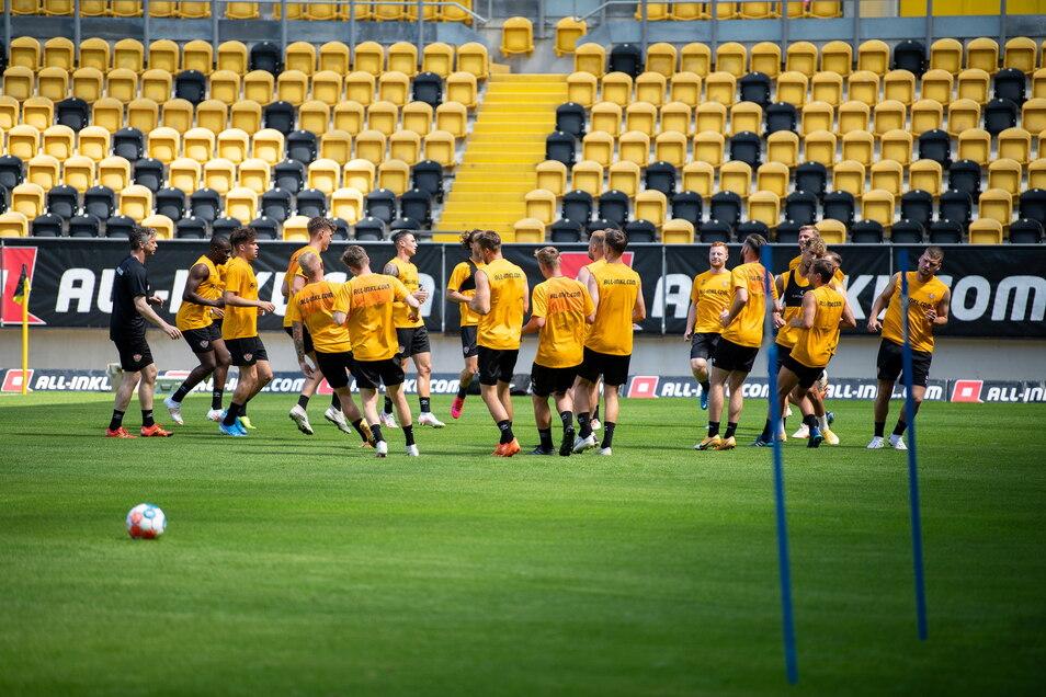 Fitnesscoach Matthias Grahé leitet das Aufwärmprogramm, wobei das Wort kaum zu der sengenden Hitze im Stadionkessel passt.