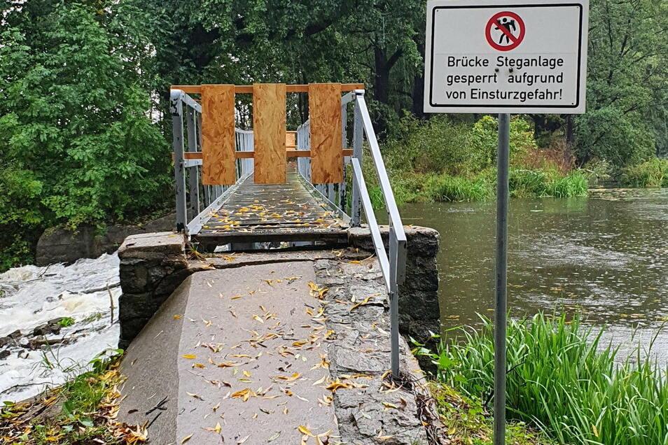 Die gesperrte Brücke vor der Reparatur der Wehrschwelle.