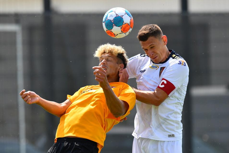 Heinz Mörschel und der Stettiner Damian Dabrowski kämpfen im geheimen Test um den Ball.