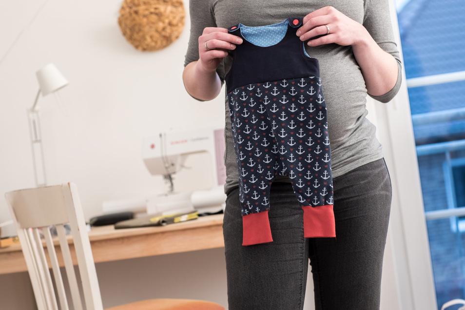 Werdende Eltern können auch ihre Finanzen auf die Zeit nach der Geburt vorbereiten. So kann sich etwa ein Wechsel der Steuerklasse lohnen.