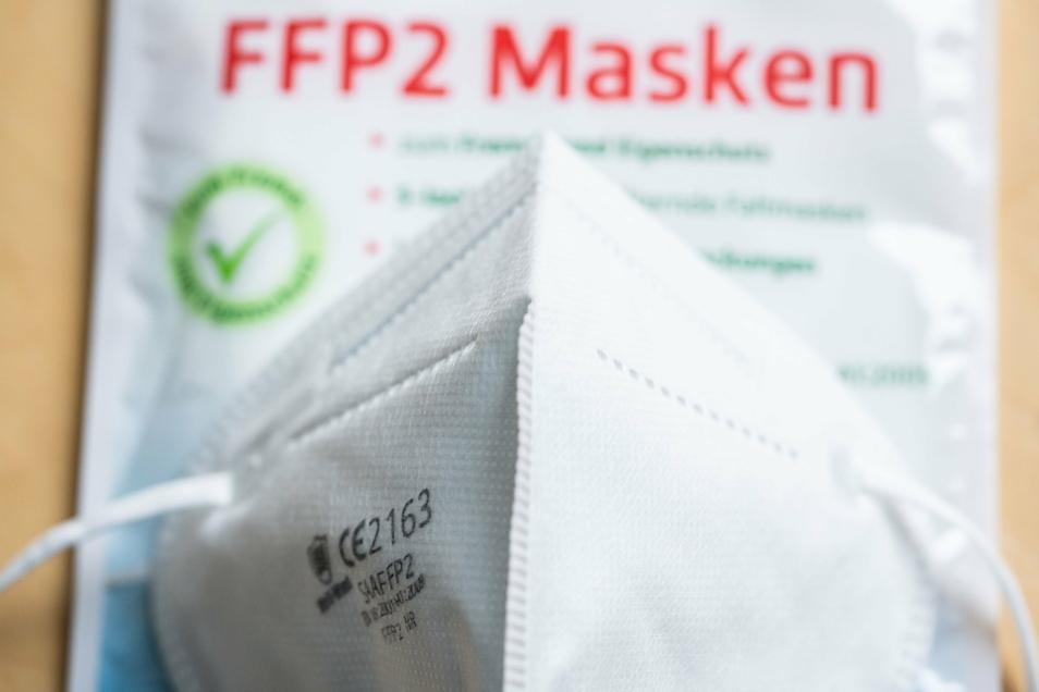 Es wird über die Pflicht zum Tragen von FFP2-Masken beim Einkaufen und im ÖPNV diskutiert.