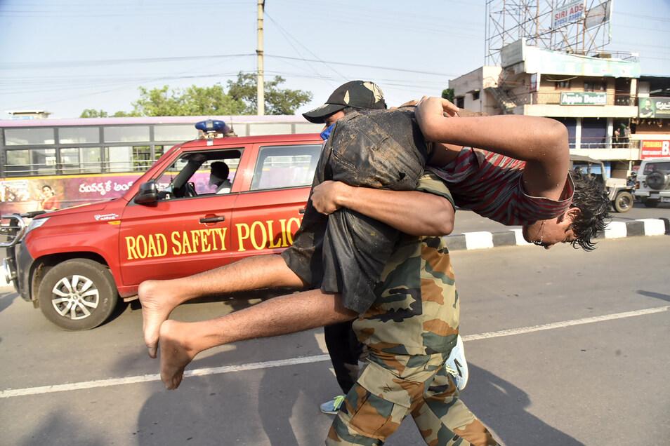 Ein Soldat trägt einen Mann nach dem Gasunglück.