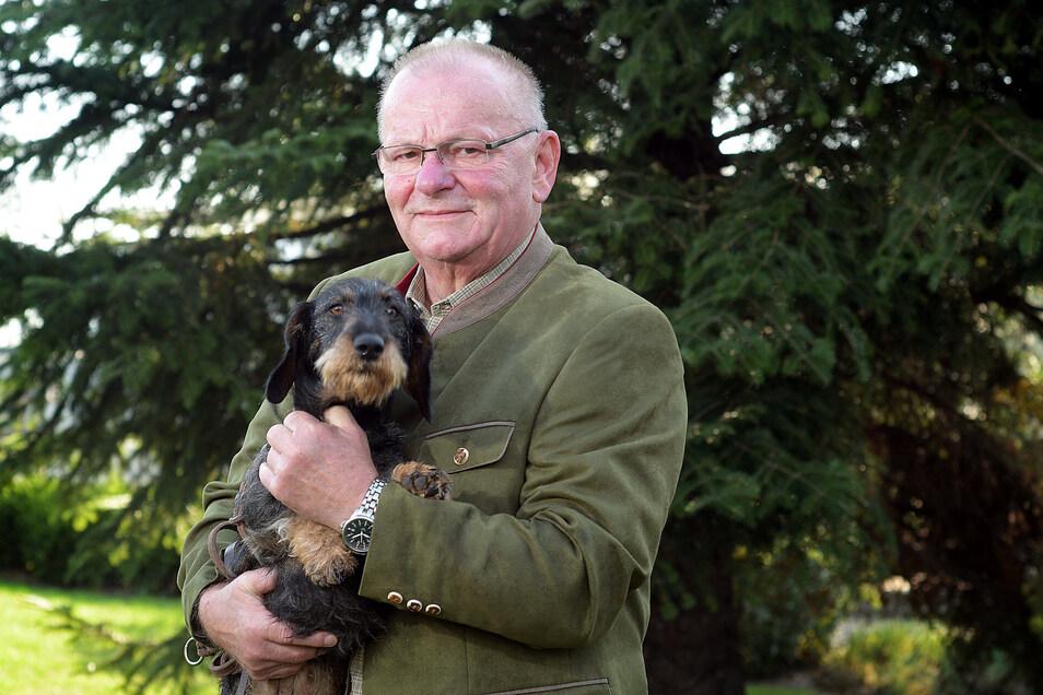 Rauhaarteckel Orla ist der ständige Begleiter von Horst Reisig, Vorsitzender des Jagdverbandes Döbeln.