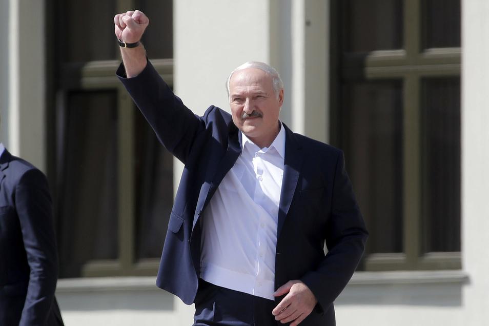 Alexander Lukaschenko, Präsident von Belarus, grüßt am Samstag seine Anhänger bei einer Kundgebung auf dem Unabhängigkeitsplatz in Minsk.