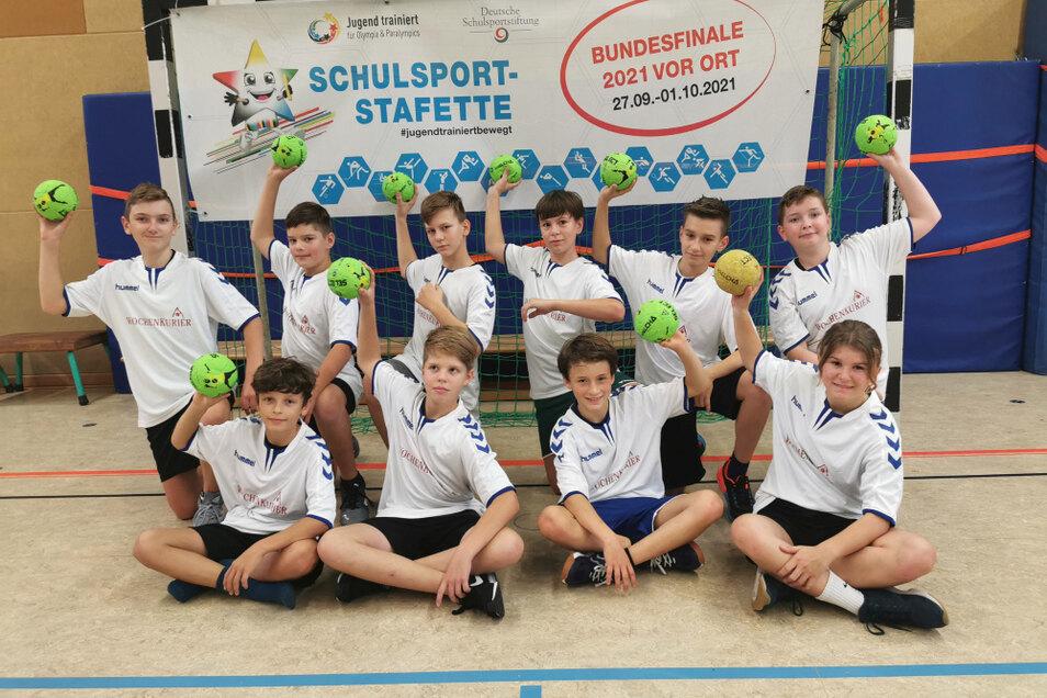"""Die """"bronzenen"""" Hoyerswerdaer Foucault-Handballer."""