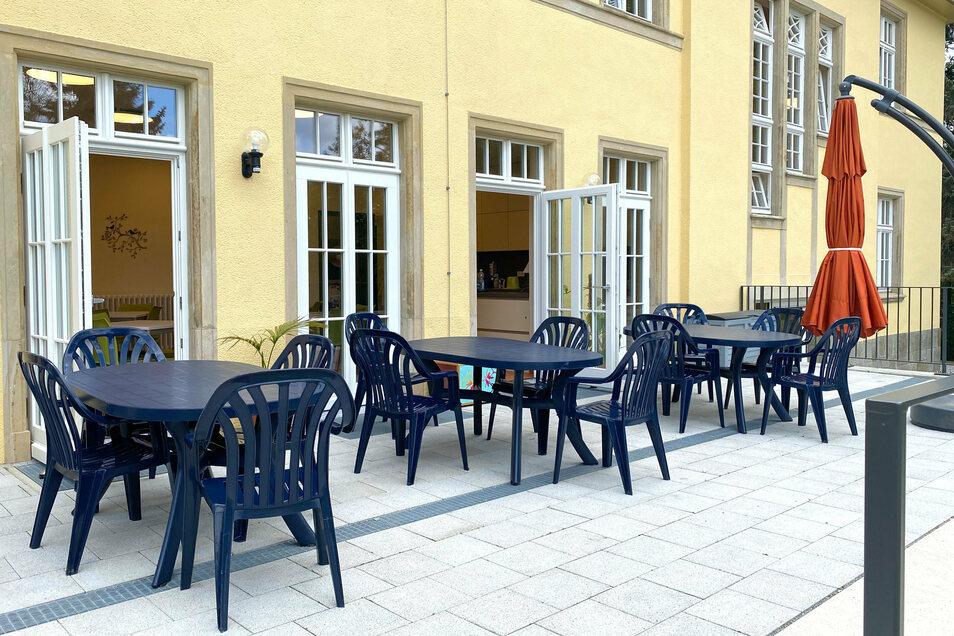 Die Terrasse schließt sich an Küche und Speiseraum an.