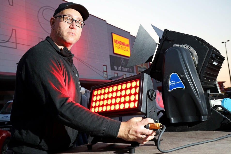 Robin Sasse sorgte mit seiner Firma MWE-Group für die rote Beleuchtung der Sachsenarena. Normalerweise beleuchtet er die Arena von innen. Doch sie ist wegen des Verbotes für Großveranstaltungen momentan geschlossen.