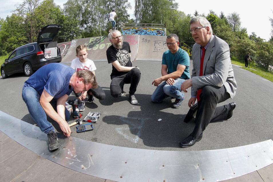 Sie helfen dem Skater-Park: Volkmar Nowak von Tox Germany, seine Tochter, Rocco Zoschke, Jens Zöllner und Thomas Kurze (v. l. n. r.)