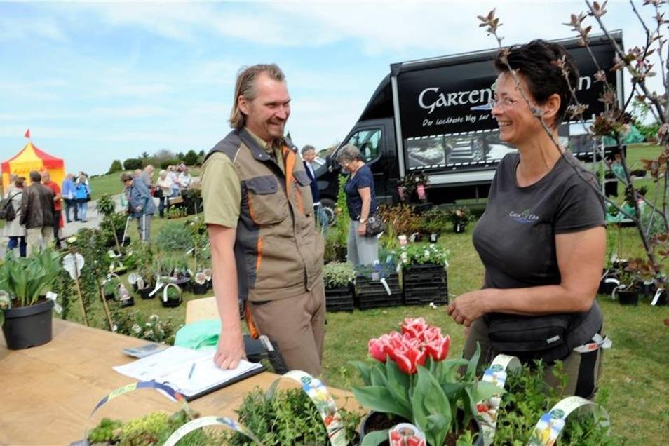 Der Pflanzenverkauf gehörte für viele Besucher zu den Highlights des Sonntags. Auch die Verkäufer, hier Claudia Tscherning und Dirk Noack vom Garten Eden aus Halbendorf, hatten ihren Spass.