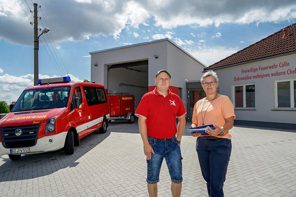 Mit vereinten Kräften haben Radibors stellvertretender Gemeindewehrleiter Sandro Jentsch und Bürgermeisterin Madeleine Rentsch den Anbau an das Feuerwehrgerätehaus in Cölln zu Ende gebracht.