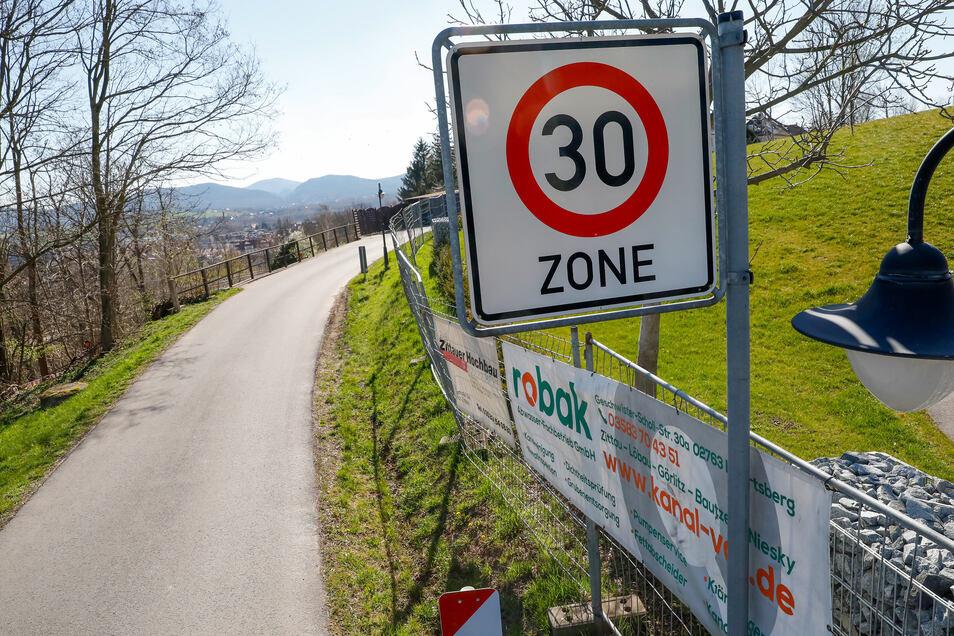 Auf dem Kummersberg gilt ebenso Tempo 30. Viele Autofahrer halten sich allerdings nicht daran, wie Anlieger berichten.