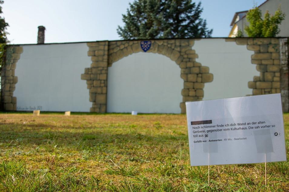 """Ein Ergebnis der Veranstaltung """"Kollision der Künste 2021"""": Das an eine Wand gemalte Tor zur Oberlausitz ist wieder da. Davor sind Kommentare zum Projekt zu lesen."""