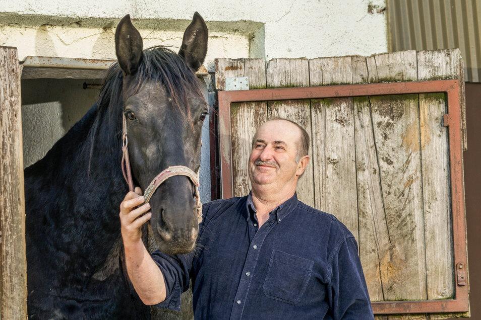 Pferd Lando und seinem Besitzer Peter Paschke steht in diesem Jahr ein ruhiger Ostersonntag bevor. Statt bei der Prozession von Ralbitz nach Wittichenau die Osterbotschaft zu verkünden, bleiben sie daheim.