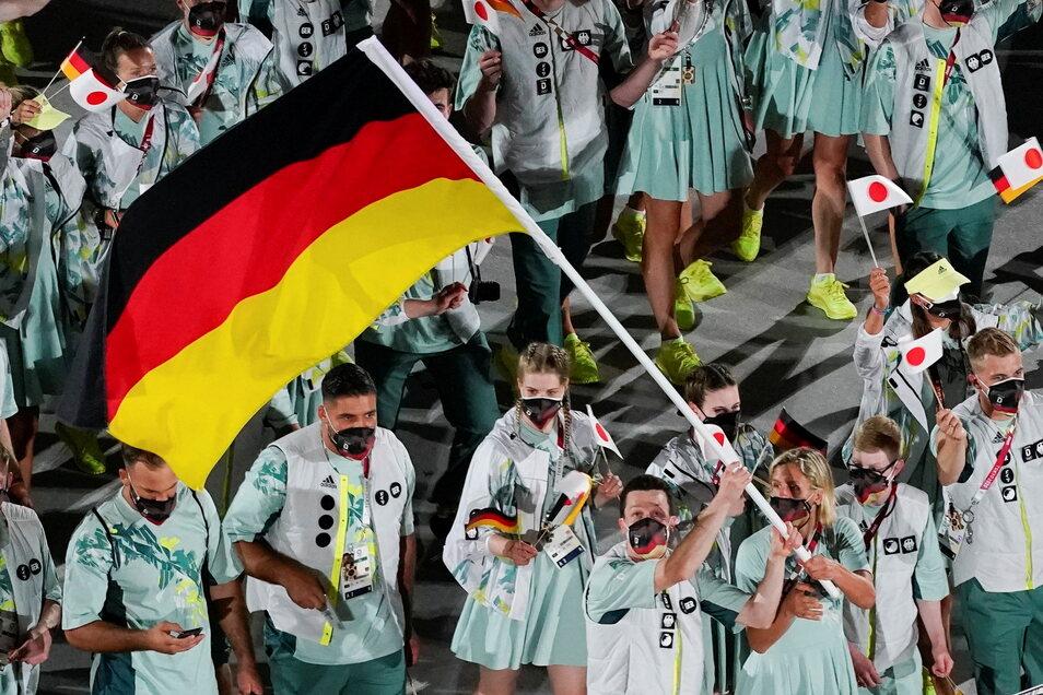 Die Mannschaft aus Deutschland läuft bei der Eröffnungsfeier mit den Fahnenträgern Beachvolleyballspielerin Laura Ludwig und Wasserspringer Patrick Hausding ins Stadion ein.
