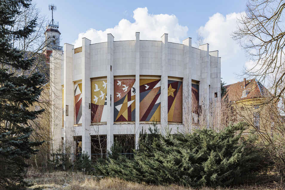 Der Rundbau von 1976 am Haupthaus wächst heute zu. Hier zeigte ein dreißig mal sieben Meter großes Diorama die Schlacht um Berlin.